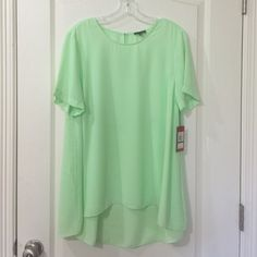 Vince Camuto Top Beautiful reef green pleat back high-low. Peep hole on back. Does not qualify for discount or bundle discount. Vince Camuto Tops