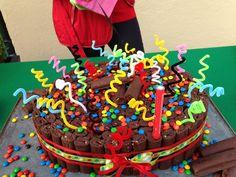 pastel hecho con chocorroles!  amarrados con listón decorativo, decoras con lunetas y limpia pipas!
