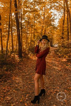 Unique senior girl poses - candid - natural light - outdoors - sitting - arm poses - movement - senior pictures - high school senior photography - smiling - sunset - golden hour - unique and creative posing - moody - fall - nature - plants - floral - flo Senior Picture Poses, Senior Photo Outfits, Senior Year Pictures, Unique Senior Pictures, Photography Senior Pictures, Senior Photos Girls, Senior Girl Poses, Senior Session, Senior Girls