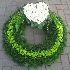 "Ã""hnliches Foto - min side Funeral Floral Arrangements, Flower Arrangements, Funeral Tributes, Sympathy Flowers, Rose Of Sharon, Spring Home Decor, Funeral Flowers, Door Wreaths, Decoration"