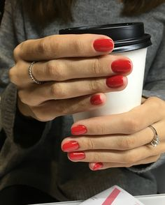 The advantage of the gel is that it allows you to enjoy your French manicure for a long time. There are four different ways to make a French manicure on gel nails. Red Make Up, Ten Nails, Red Gel Nails, Red Nail Polish, Manicure Y Pedicure, Red Manicure, Makeup Salon, Makeup Studio, Chrome Nails