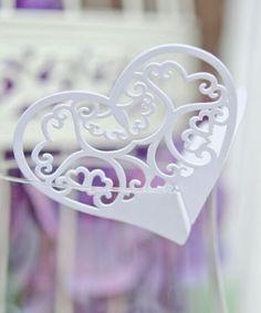 Bordkort Hjerte Hvit laserskjært 12-pk som festes på glass. Bordkortet kan også brettes sammen (dobbelt) som på bilde nr. 3.Størrelse: ca. 11cm x 6cm