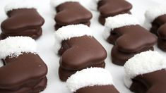 Ennél aranyosabb sütit el sem tudunk képzelni. Készítsétek el ezeket a töltött kekszből készült csokis-kókuszos csizmácskákat! Christmas Baking, Christmas Cookies, 1 Advent, German Christmas, Food Art, Nutella, Food And Drink, Sweets, Snacks