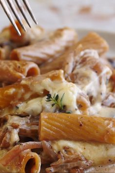 One Pot Creamy French Onion Pasta Bake, the ultimate comfort food. Think French onion soup with the addition of pasta and melty Gruyere cheese! Soup Appetizers Soup Appetizers dinners carb Soup Appetizers Appetizers with french onion Pasta Recipes Video, Crockpot, Vegetarian Recipes, Cooking Recipes, Soup Appetizers, Half Baked Harvest, Comfort Food, Gruyere Cheese, French Onion