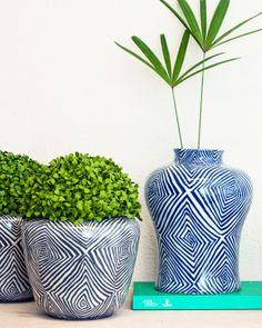 Para uma decoração elegante e sofisticada, a Vaso e Cia tem em sua loja peças assinadas e numeradas de designers como Fabrizio Rollo: vaso azul com grafismos disformes E Design, Designers, Objects, Vase, Accessories, Home Decor, Blue Vases, Decorative Objects, Landscaping
