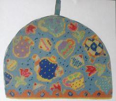 """Vare nr. 913TT5469 Stramaj - The hætte med flyvende kopper og kander Flyvende the selskab på dejlig lys blå baggrund. Motivstørrelse: 9""""x 12"""" (23cm x 30cm) The hætten leveres i en lækker embalage med farve illustration og omfatter: • 10 HPI farve trykt lærred (12 huller per inch) • Mønster, instruktion og nål • Anchor stramaj uld til at sy med halve korssting"""