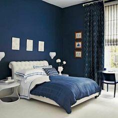 chambre à coucher avec murs en bleu foncé