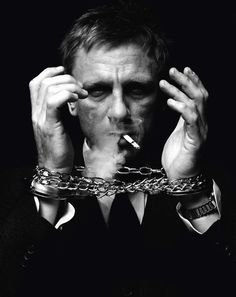Daniel Craig. S)