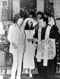 Bianca Jagger en ensemble de mariée (veste, jupe et chapeau) Yves Saint Laurent en 1971 //  Bianca Jagger in an Yves Saint Laurent wedding suit, 1971.