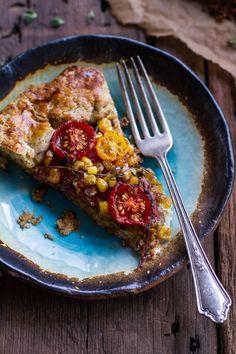 Caramélisés maïs et tomates Heirloom Galette w / ail rôti et aux herbes au fromage de chèvre
