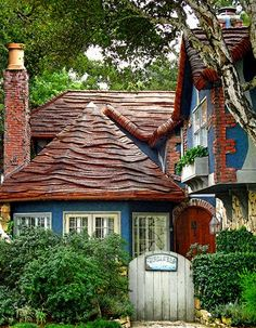 I Love Unique Home Architecture. Simply stunning architecture engineering full of charisma nature love. The works of architecture shows the harmony within. Cozy Cottage, Cottage Homes, Cottage Style, Shabby Cottage, Tudor Cottage, Shabby Bedroom, Tudor House, Shabby Chic, Storybook Homes