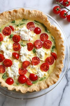 This easy vegetarian quiche recipe is made with spinach, ricotta cheese, eggs, tomatoes and basil. Perfect for breakfast, lunch or brunch or serve it with a salad for a light dinner. Quiche Ricotta, Spinach Ricotta, Cheese Quiche, Cheap Clean Eating, Clean Eating Snacks, Brunch Recipes, Breakfast Recipes, Healthy Quiche Recipes, Spinach Recipes