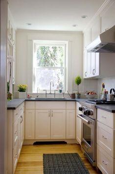 U alaku elrendezes mint nalunk. Viszont nalunk az alapterulet nagyobb, es az ablak alatti reszen el kell, hogy ferjen egy mosogatogep.  Felul csak minimalis felso szekreny - csak annyi, hogy a szagelszivot el lehessen vezetni?