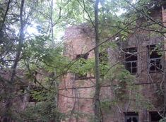 The Pea Farm, an old prison deep in the woods of South Shreveport. General Moters owns the land now but cannot sale it or build on it because bodies have been found there. It is said to be haunted because of the beatings and killings of the prisoners. Spooky Places, Haunted Places, Abandoned Buildings, Abandoned Places, Abandoned Mansions, Ghost Hauntings, Louisiana History, Haunted History, Old Houses