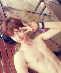 Lee Jong-suk pleases fans with picture of abs @ HanCinema :: The Korean Movie and Drama Database