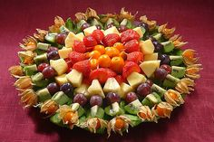 фруктовая нарезка-Party platters are all beautiful! Party Platters, Food Platters, Salad Bar, Fruit Salad, Appetizers For Party, Appetizer Recipes, Dessert Dips, Silvester Party, Veggie Tray