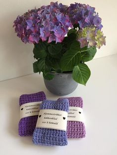 Nye klude færdig i mit yndlingsmønster. 2 pinde rib, 1 r, 1 vr 2 pinde retstrik Skal gives som værtindegave i dag, sammen med blomsten.  Dishcloth Knitting Patterns, Knit Dishcloth, Knit Patterns, Knitted Washcloths, Yarn Inspiration, Crochet Flowers, Fun Crafts, Knit Crochet, Homemade