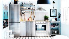 Moderne roestvrijstalen keuken met GREVSTA deuren en ladefronten en een roestvrijstalen koelkast/vriezer