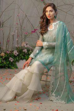 Pakistani Party Wear Dresses, Simple Pakistani Dresses, Pakistani Fashion Casual, Designer Party Wear Dresses, Indian Fashion Dresses, Kurti Designs Party Wear, Dress Indian Style, Pakistani Dress Design, Indian Designer Outfits