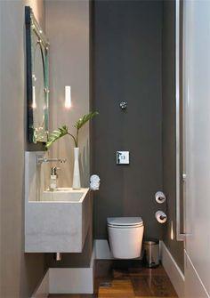 parede cinza dá profundidade, fazendo o banheiro parecer maior