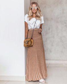 "2,330 curtidas, 13 comentários - DANILA GUIMARÃES (@danilaguimaraes) no Instagram: ""Comfy style ✨ . T-shirt R$ 229,98 - G . Saia R$ 449,98 - P M G . Vendas: 62-30885511 Whats…"" Full Midi Skirt, Midi Skirt Outfit, Skirt Outfits, Dress Skirt, Casual Outfits, Fashion Beauty, Fashion Looks, 98, How To Look Classy"