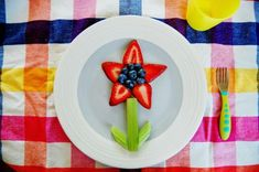 Healthy Meals For Kids Your picky eater's appreciation for nutritious foods will *bloom* when you serve this berry flower at snack time. - These healthy snacks are arranged in a fun and creative ways so even the pickiest eater will enjoy snack time. Cute Snacks, Healthy Meals For Kids, Healthy Snacks For Kids, Cute Food, Kids Meals, Healthy Fruits, Healthy Eating, Creative Snacks, Creative Kids