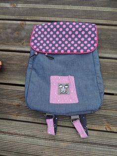 J'ai voulu faire un petit sac à dos pas trop encombrant sur les épaules d'une petite fille de maternelle, et idéal pour les sorties d'une journée! Je me suis rendu compte cette année que ma fille n'avait pas l'équipement nécessaire pour ça. Bon, celui...