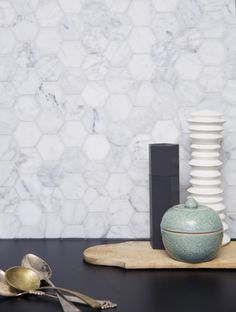 Hexagon Carrara Marmor ULFVEN with black countertop Decor Color Schemes, Carrara, Black Granite Countertops, Modern Backsplash, Decorative Tile Backsplash, Stone Backsplash Kitchen, Cheap Backsplash Tile, Rustic Backsplash, Brick Backsplash