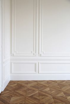 6 Daring Tips AND Tricks: Wood Wainscoting Counter Tops simple wainscoting crown moldings.Wainscoting Living Room Beams wainscoting board and batten baseboards.Wainscoting Board And Batten Light Fixtures. Classic Interior, Interior Modern, Home Interior Design, Interior Architecture, Modern French Decor, Cafe Interior, Interior Walls, Luxury Interior, Wall Panel Molding