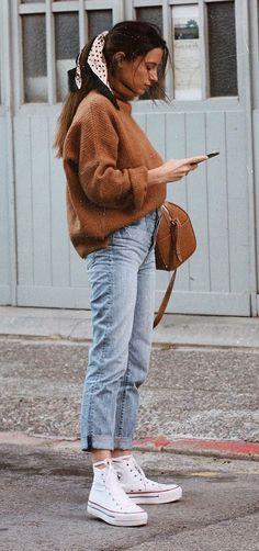 Musa do estilo: María Valdés. Lenço no cabelo, maxi suéter camelo, mom jeans, tênis all star branco