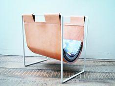 Krantenrekje George and Georgette by Studio Woot Woot - wit staal + naturel leder