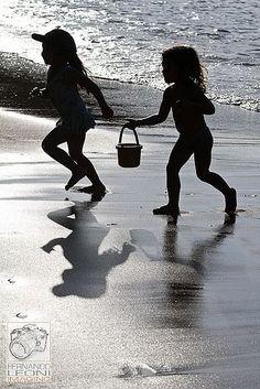 Wow check this finest black and white beach pictures! Black And White Beach, I Love The Beach, Beach Fun, Hawaii Beach, Beach Kids, Oahu Hawaii, Am Meer, Beach Photography, Beach Pictures