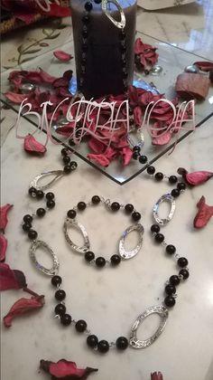 collar largo perlas en cristal negras y adornos zamak