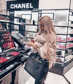 Makeup uploaded by bubbleguumm on We Heart It : bag, blonde hair, and chanel image Boujee Lifestyle, Luxury Lifestyle Women, Fur Fashion, Winter Fashion, Fashion Outfits, Fashion Beauty, Rich Girls, Luxury Girl, Luxe Life