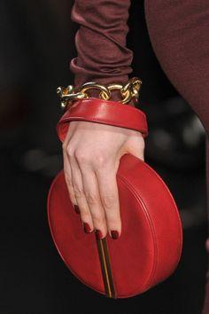 Los rojos oscuros son la apuesta de Diane Von Furstenberg para enfundarte tus looks de fiesta.