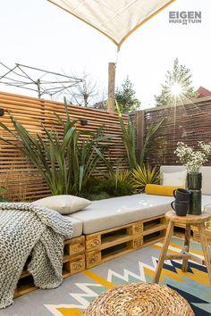 Maak van pallets een duurzame bank voor in de tuin Backyard Patio, Backyard Landscaping, Backyard Seating, Tropical Landscaping, Outdoor Seating, Pallets Garden, Outdoor Furniture Sets, Outdoor Decor, Pallet Furniture
