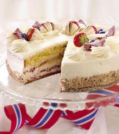 Festkake med to forskjellige kakebunner, fromasjfyll og masse krem. Pyntet med jordbær dyppet i hvit og mørk sjokolade. Norwegian Food, Cookie Desserts, Celebration Cakes, Meringue, Vanilla Cake, Mousse, Bakery, Cheesecake, Sweets