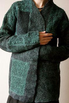 Еще одна вещь в японском стиле. Затягивает) Тут было выкрашено в зеленый много-много лоскутков, поскольку исходный цвет тканей был разный - оттенки получились тоже разные - от ярко-зеленого до серо-зеленого.