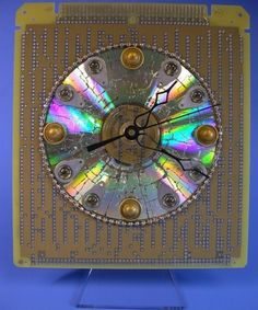 Recycle CD Look this cute little clock! You believe that it is made of CD? Great way to recycle  old CDs that occupy space at your home