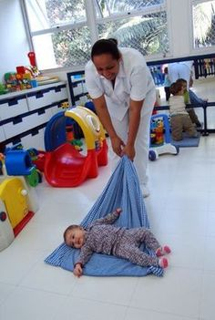 """O """"arrastar"""" sobre o cobertor possibilita o ajustamento do corpo na posição sentada, pois, quando o cobertor é puxado, o bebê contrai a musculatura necessária para manter-se em equilíbrio."""