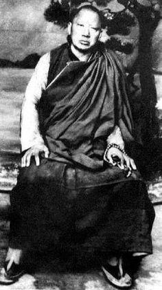 Maître qu'avait eu Dilgo Khyentse Rimpoché au Tibet, avant de fuir les chinois en partant en Inde.