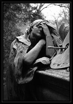 Este cementerio es uno de los más famosos del mundo. Situado en la zona Este de la capital francesa, es el lugar de descanso definitivo de muchas celebridades, desde la leyenda del rock, Jim Morrison a la cantante francesa Edith Piaf o el novelista, poeta y dramaturgo irlandés Oscar Wilde.