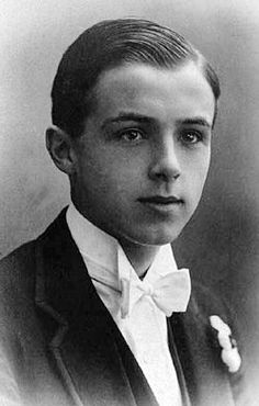 Michael Llewelyn Davies June 1900 – 19 May was – along with his four brothers – the inspiration for J. Barrie's characters Peter Pan, the Darling brothers, and the Lost Boys. Old Photos, Vintage Photos, Jm Barrie, Lost Boys, Interesting History, Back In The Day, Peter Pan, Vintage Men, Beautiful Men