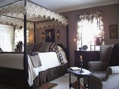 This post about elegant colonial interiors was like a trip down memory lane. In my early I was in love with primitive colonial decor. Colonial Bedroom, Farmhouse Style Bedrooms, Colonial Furniture, Farmhouse Bedroom Decor, Country Furniture, Country Decor, Country Bedrooms, Country Homes, Bedroom Rustic