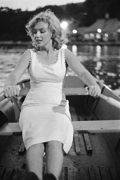 Marilyn Monroe in a rowboat in Central Park in 1957 in New York.You can find Norma jean and more on our website.Marilyn Monroe in a rowboat in Central Park in 1957 in New York. Classic Hollywood, Old Hollywood, Marilyn Monroe Cuadros, Central Park, Lovers Pics, Marilyn Monroe Photos, Norma Jeane, Classy Women, Vintage Beauty