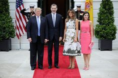 King Felipe and Queen Letizia of Spain capped off their whirlwind trip the United States with a visit to Washington, D. to meet President Donald Trump and First Lady Melania Trump. The Queen wore a Michael Kors dress previously worn by FLOTUS. Trump Melania, Donald Und Melania Trump, First Lady Melania Trump, Donald Trump, Fashion Looks, Beauty And Fashion, Royal Fashion, Vestido Michael Kors, First Ladies