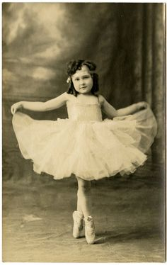 This is an incredible collection of Free Vintage Ballerina Images, all are old photos, with a mix of ladies and kids. Ballet Vintage, Vintage Abbildungen, Clip Art Vintage, Photo Vintage, Vintage Girls, Vintage Children Photos, Vintage Pictures, Old Pictures, Vintage Images