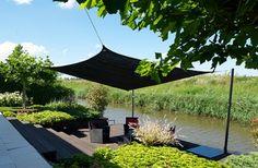 Maak van zwart anti-UV schaduwdoek zelf een beschut terras. Schaduwdoek is betaalbaar en eenvoudig aan te brengen.  www.zonz.nl