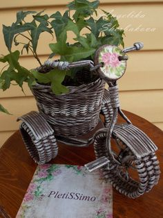 Arts And Crafts Joann Jute Crafts, Baby Crafts, Diy And Crafts, Newspaper Basket, Newspaper Crafts, Diy Concrete Planters, Paper Weaving, Paper Decorations, Basket Weaving