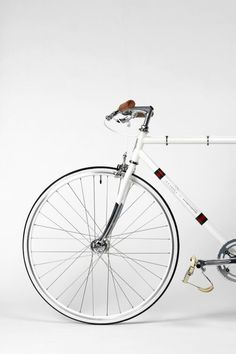 White single speed bike style with silver wheels and brown handlebars. See more stylish women on bikes at melisinestudio.com and @melisinestudio on instagram.